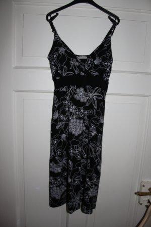 Schwarzes Kleid mit weißem Blumenmuster