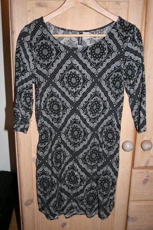 Schwarzes Kleid mit weißem Ethnomuster von H&M