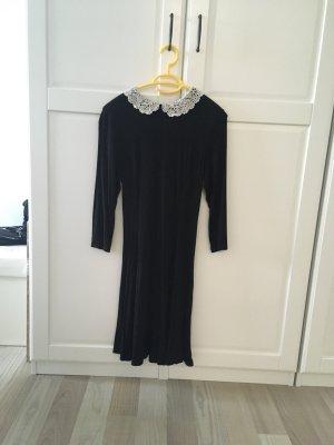 Schwarzes Kleid mit weissem Kragen