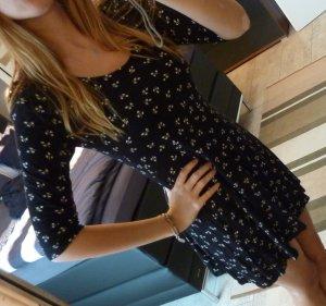 Schwarzes Kleid mit weißem Muster