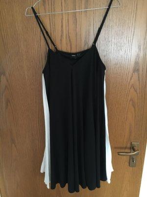 Schwarzes Kleid mit weissem Plissee