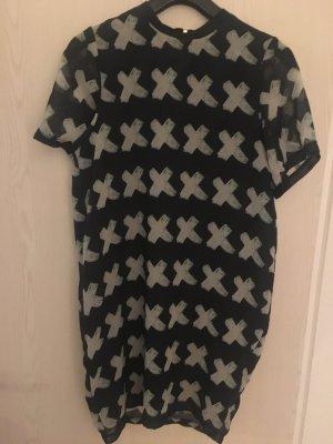 Schwarzes Kleid mit weißen Kreuzen