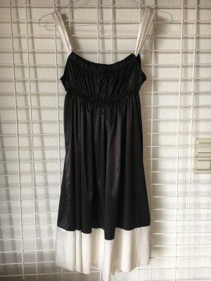 Schwarzes Kleid mit weißen Trägern