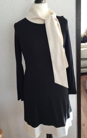 Schwarzes Kleid mit weißer schluppe