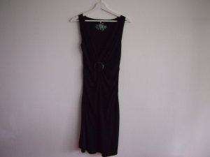 Schwarzes Kleid ohne Ärmel