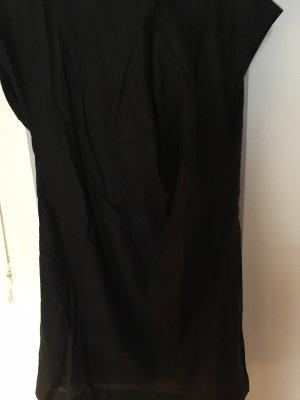Schwarzes Kleid so simpel und doch mit Chic