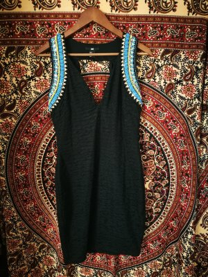 schwarzes Kleid Steinen