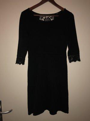 Schwarzes Kleid strickverziert