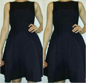 schwarzes Kleid strukturierter Stoff