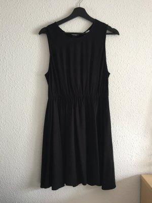 Schwarzes Kleid Taillenbetont