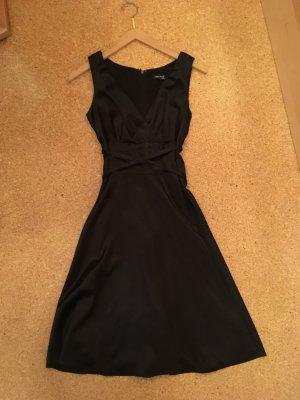 Schwarzes Kleid von Laura Scott