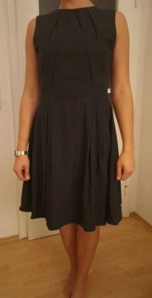 Schwarzes Kleid von Mint & Berry