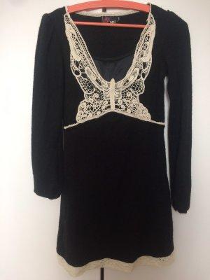 Schwarzes Kleid Wolle mit weißer Stickerei