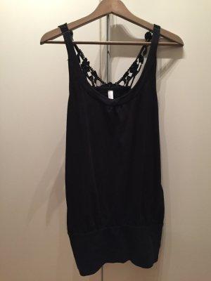 Schwarzes Kleidchen mit breitem Bündchen.