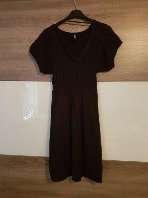 Schwarzes Knie langes Kleid