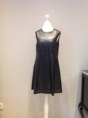 Schwarzes Kunstlederkleid inklusive weißem Unterkleid