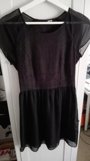 schwarzes kurzärmeliges Kleid