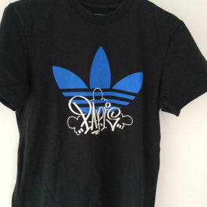 Schwarzes kurzärmliges Original T-Shirt von Adidas Applikation in blau
