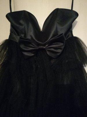schwarzes kurzes Kleid mit Rüschchen