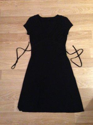 Schwarzes, kurzes Kleid mit V Ausschnitt