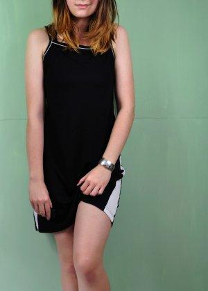 Schwarzes Kurzes Sportliches Kleid mit Weißen Streifen an den Seiten