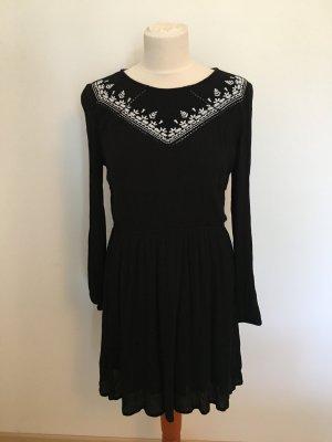 schwarzes langärmeliges Kleid mit Ethnostickerei