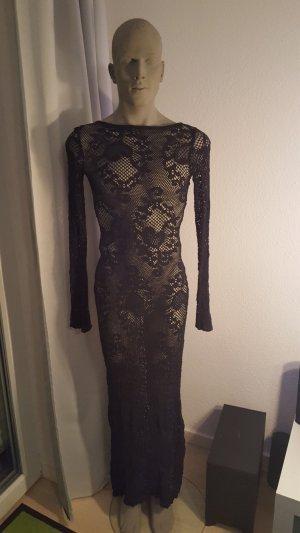 schwarzes, langes, gehäkeltes Kleid mit sexy Rückenausschnitt.