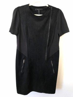 Schwarzes Lederkleid einfach geschnitten und trotzdem raffiniert