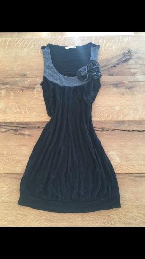 Schwarzes Longtop mit grauem Pünktchenkragen und Zierblumen von Promod