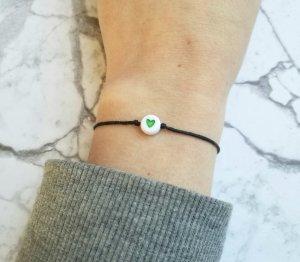 schwarzes Makramee Armband mit grünem Herzchen