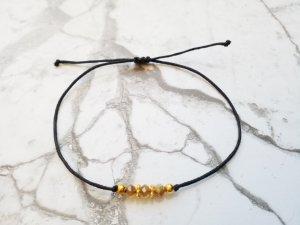 Schwarzes Makramee Armband mit sektfarbenen und goldenen Perlen