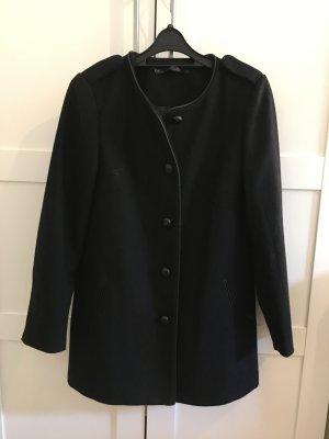 Schwarzes Mantel mit Knöpfen
