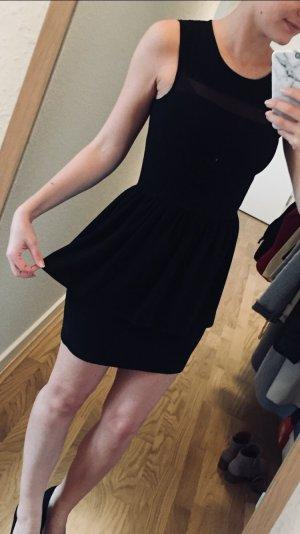 Schwarzes Mini-Kleidchen mit Stößchen