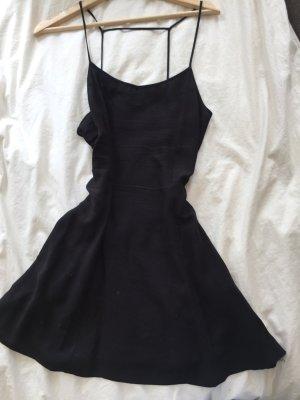 Schwarzes Minikleid für den Sommer