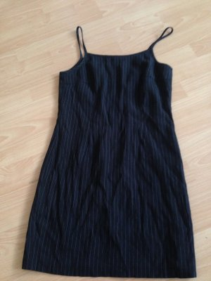 schwarzes Minikleid mit dezenten weißen Nadelstreifen