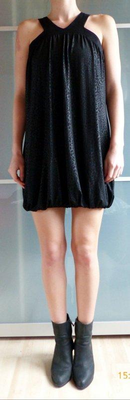 schwarzes Minikleid mit Leomuster