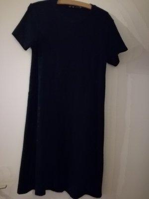 Schwarzes Minikleid mit T-Shirt-Ärmeln
