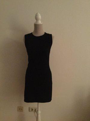 schwarzes Minikleid mit tiefem Rücken