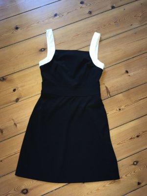 Schwarzes Minikleid mit weißen Trägern