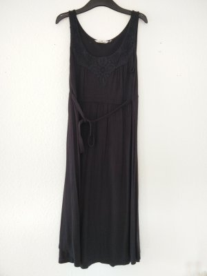 Schwarzes mittellanges Kleid mit Häkelspitze