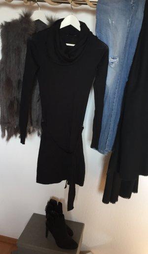 54bacf09d34 Schwarzes Pulloverkleid mit Wasserfallkragen