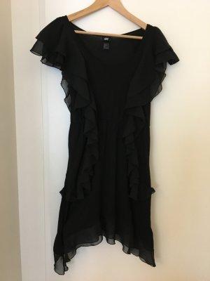 schwarzes Rüschenkleidchen