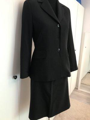 Schwarzes Schickes Kostüm klassischer Schnitt
