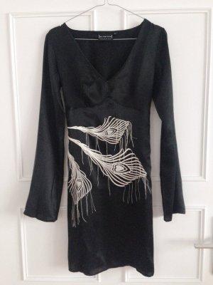 Schwarzes Seidenkleid mit Stickerei