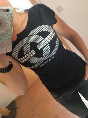 schwarzes Shirt mit aufgeklebten Nieten