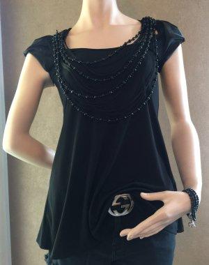 Schwarzes Shirt mit Perlenketten