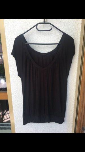 schwarzes Shirt mit tiefem Ausschnitt