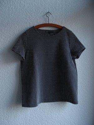Schwarzes Shirt mit weißen Punkten