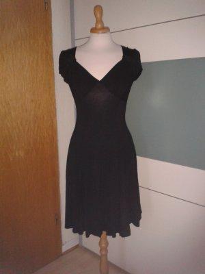 Schwarzes Shirtkleid mit raffiniert gerafftem Ausschnitt