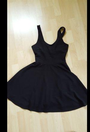 schwarzes Skaterkleid mit Rückenbandeau
